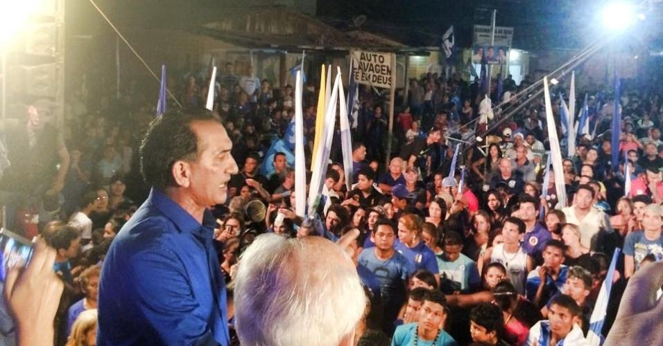 1º.out.2014 - Waldez, candidato a governado do Amapá pelo PDT, discursa em comício da Pedro Lazarino ao lado do ministro do Emprego e Trabalho, Manoel Dias