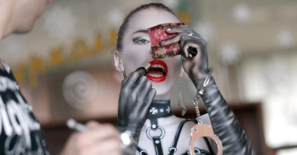 28.set.2014 - Um artista de arte corporal trabalha para finalizar ilustração no corpo durante exibição no Minsk Tattoo Fest 2014, uma convenção na cidade de Minsk, em Belarus. Mais de 60 artistas nacionais e estrangeiros apresentaram seus trabalhos em tatuagem temporária e permanente