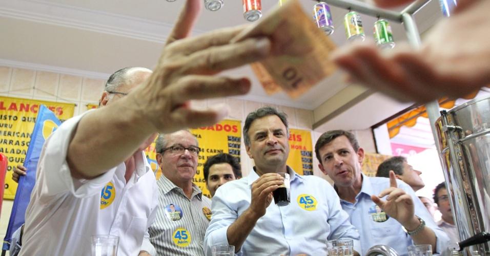 29.set.2014 - O candidato à Presidência da República Aécio Neves (PSDB) e Geraldo Alckmin, governador de São Paulo e candidato à reeleição pelo PSDB, fazem campanha no centro de São Bernardo do Campo, no ABC paulista