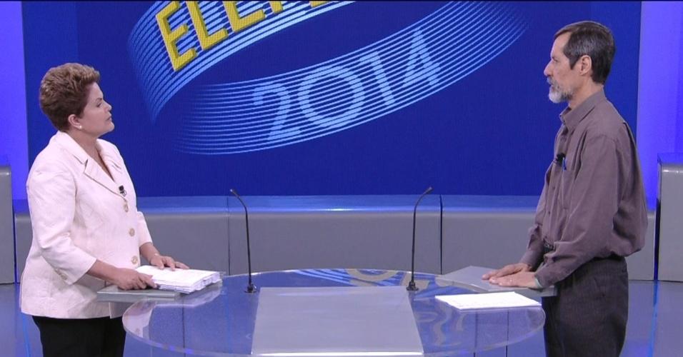 2.out.2014 - A candidata à reeleição, presidente Dilma Rousseff (PT) faz pergunta ao candidato Eduardo Jorge (PV), em debate eleitoral promovido pela TV Globo, no Rio de Janeiro