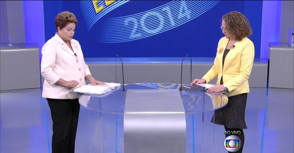 2.out.2014 - A candidata à reeleição, presidente Dilma Rousseff (PT) responde pergunta da candidata Luciana Genro (PSOL), em debate eleitoral promovido pela TV Globo, no Rio de Janeiro
