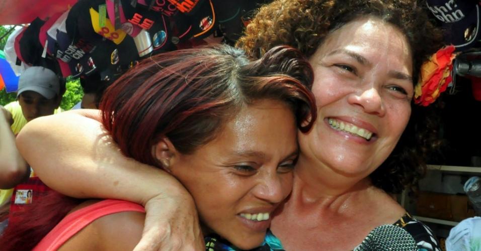 2.out.2014 - A candidata a senadora Perpétua Almeida (PC do B) abraça eleitora durante ato de campanha em Rio Branco (AC)