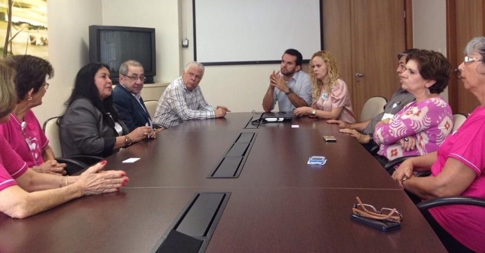 2.out.2014 - A candidata ao Senado pelo Espírito Santo Rose de Freitas (PMBD) participa de uma reunião com a direção da AFECC (Associação Feminina de Educação e Combate ao Câncer), ligada ao hospital Santa Rita
