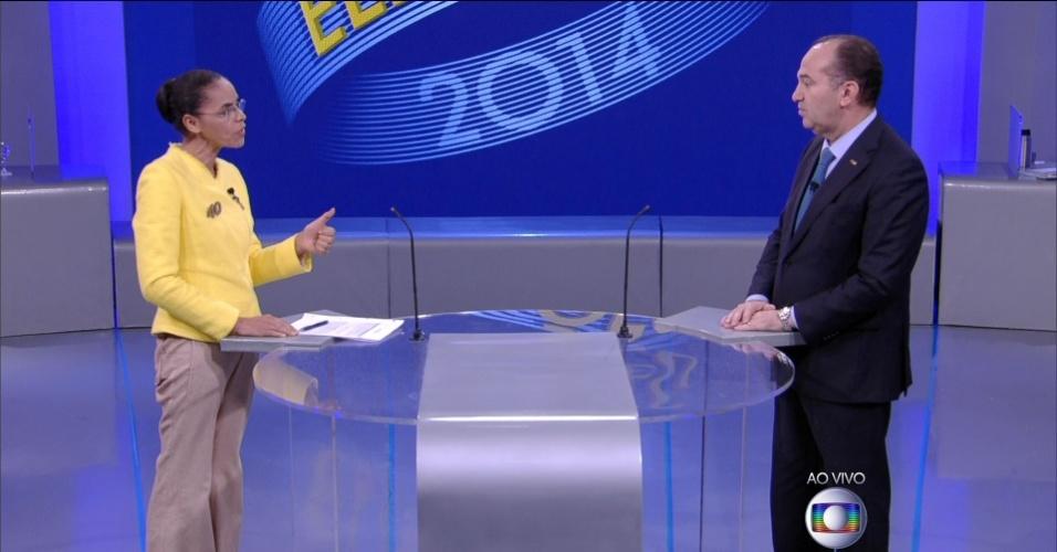 2.out.2014 - A candidata Marina Silva (PSB) faz pergunta ao candidato Pastor Everaldo (PSC) em debate eleitoral promovido pela TV Globo, no Rio de Janeiro