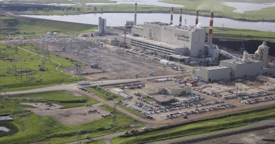 """2.out.2014 - A primeira planta em larga escala de captura e armazenamento de carbono do mundo, construída em uma termelétrica a carvão no Canadá, será inaugurada nesta quinta-feira (2). Se for bem-sucedido, o projeto piloto, de CAD$ 1,4 bilhão (US$ 1,25 bilhão) poderá renovar o interesse no uso de carvão para a geração de energia, em um momento em que vários países buscam desativar as térmicas a carvão - uma das principais fontes de emissão de gases causadores do efeito estufa, associadas com o aquecimento global.A inauguração da planta, em Estevan, na província de Saskatchewan, é """"um ponto significativo"""" na história do desenvolvimento das tecnologias de captura e armazenamento de carbono, informou em um comunicado a diretora da Agência Internacional de Energia (AIE), Maria van der Hoeven"""