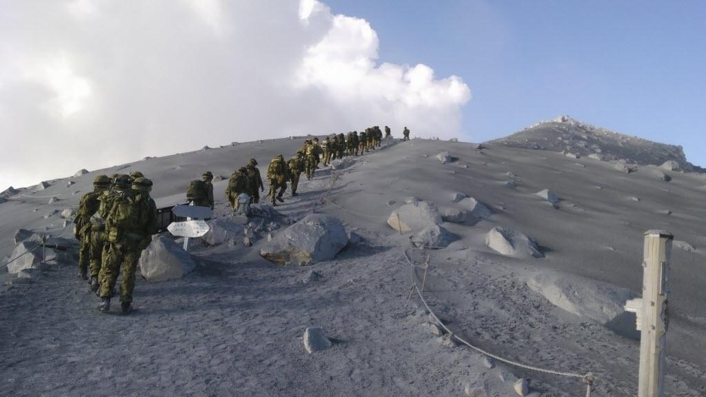 2.out.2014 - As equipes de resgate escalam o Monte Ontake, no centro do Japão, durante busca por desaparecidos nesta quinta-feira (2). Uma criança de 10 anos que estava praticando montanhismo com seu pai foi identificada como uma das mais de 40 pessoas que morreram vítimas da erupção do vulcão Ontake, segundo informou nesta quinta-feira a polícia