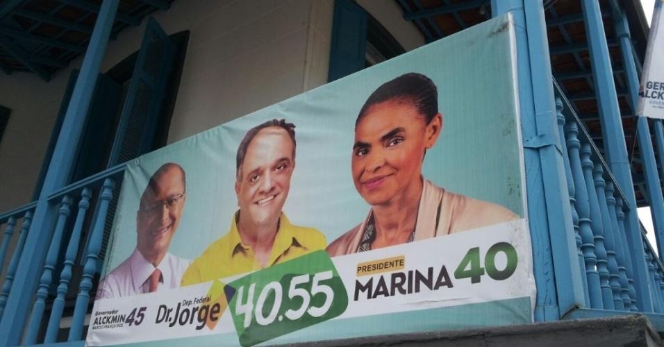 2.out.2014 - Banner na sede do PSB de Itu, no interior de São Paulo, traz as imagens dos candidatos Marina Silva e Geraldo Alckmin