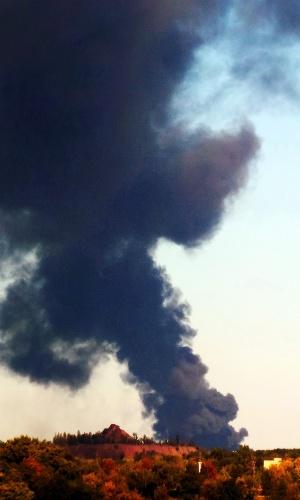 2.out.2014 - Coluna de fumaça sobe na região em que foi registrada uma explosão em Donetsk, na Ucrânia. Continua a luta pelo controle do aeroporto da cidade entre o Exército e insurgentes que buscam a independência