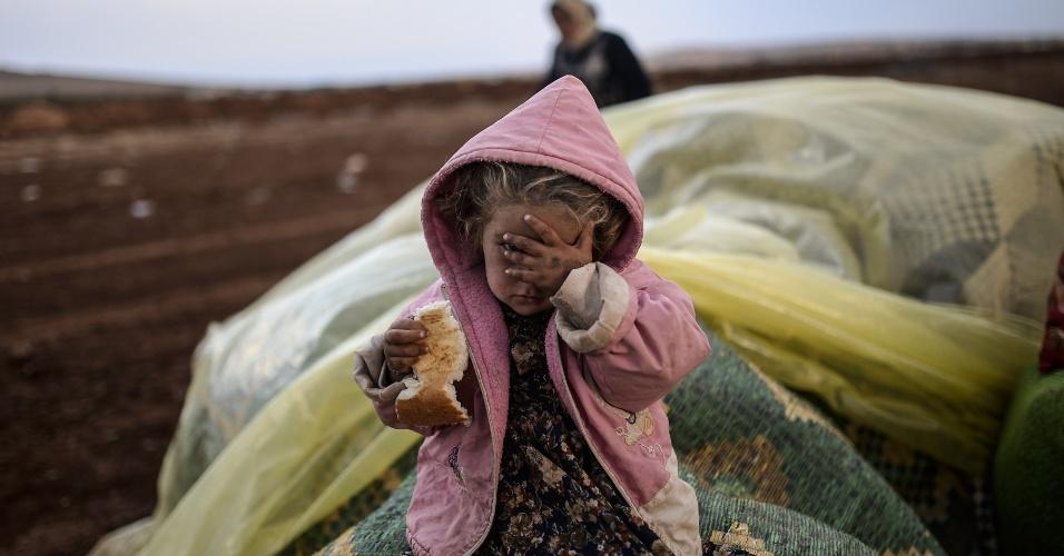 2.out.2014 - Criança curda da Síria aguarda perto da fronteira entre a Síria e a Turquia, na província de Sanliurfa, Turquia.  Combatentes do Estado Islâmico estão empurrando o conflito em direção a uma cidade curda na fronteira entre os dois país