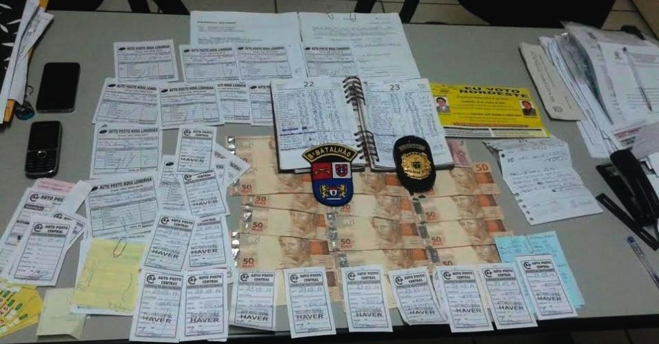 2.out.2014 - Dois vereadores de Nova Londrina, no noroeste do Paraná, foram presos no final da tarde de quarta-feira (1º), acusados de compra de votos. Mario Sonsim (PDT) e Nelson da Costa (PSD) foram flagrados pelo Ministério Público abordando eleitores e oferecendo autorizações para abastecimento de 10, 20 e 30 litros de combustível em postos da cidade. Com os dois também foi foram encontrados R$ 820 em dinheiro, em notas de R$ 50, R$ 20 e R$ 10
