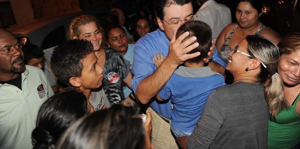 1º.out.2014 - Eduardo Braga (PMDB), candidato pelo PMDB ao governado do Amazonas, beija criança em comício, Itacoatiara, nesta quarta (1º)