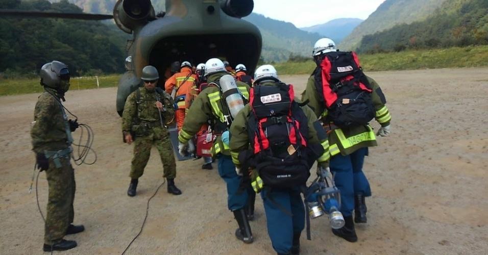 2.out.2014 - Equipes de resgate entram em avião nesta quarta-feira (1º) para chegar ao topo do Monte Ontake em operação de busca por mortos e sobreviventes da erupção do vulcão. Durante a busca, doze corpos foram encontrados no topo do vulcão japonês, elevando o número de mortos para mais de 40 pessoas desde o início da erupção, no sábado (27). As equipes de resgate anunciaram que encontraram sete corpos em