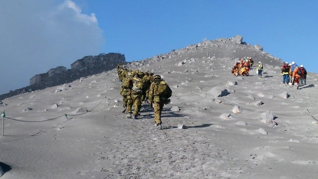 2.out.2014 - Equipes de resgate sobem ao topo do Monte Ontake, no centro do Japão, em operação de busca por mortos e sobreviventes da erupção do vulcão na quarta-feira (1º). Durante a busca, doze corpos foram encontrados no topo do vulcão japonês, elevando o número de mortos para mais de 40 pessoas desde o início da erupção, no sábado (27). A erupção do Ontake já é a que mais vítimas fatais provocou no Japão desde 1926, quando 144 pessoas morreram e 210 ficaram feridas pela erupção do vulcão Tokachi, em Hokkaido