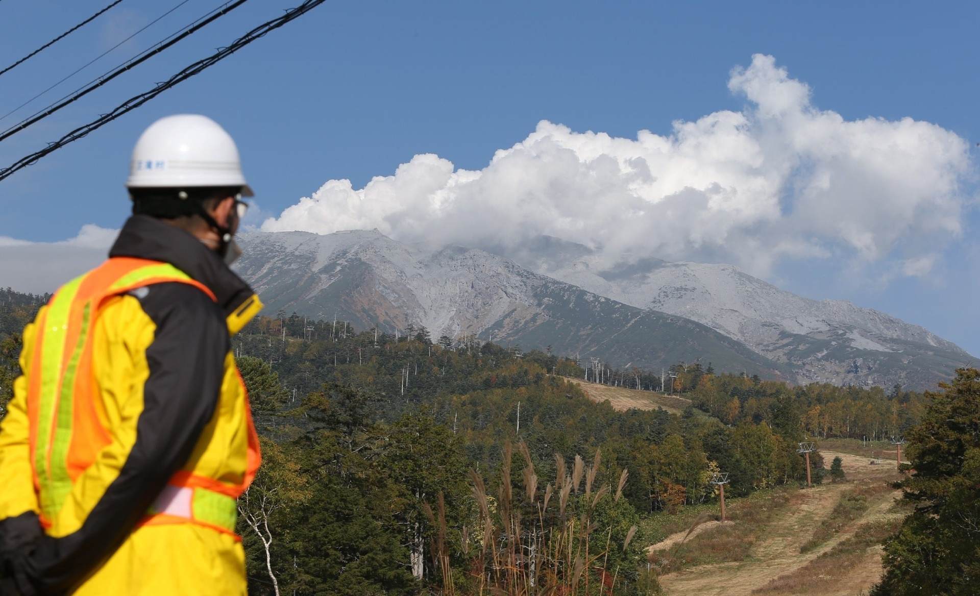2.out.2014 - Gases e cinzas saem da cratera do Monte Ontake, no centro do Japão, cinco dias após o começo da atividade vulcânica. Ao menos 47 pessoas morreram em decorrência das erupções, tornado este o pior desastre vulcânico do Japão em quase 90 anos