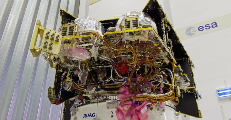 2.out.2014 - MÓDULO PARA EXPLORAR MERCÚRIO - O labirinto de aparelhos, dados e fios é visto no interior do Módulo de Transferência de Mercúrio, veículo de transporte encarregado de transportar a missão BepiColombo da Esa (agência espacial europeia) em sua jornada para o planeta. Segundo a agência, o principal desafio de voar para Mercúrio é diminuir a velocidade para entrar na órbita gravitacional do Sol. O módulo será lançado pelo foguete Ariane 5 da Guiana Francesa em 2016