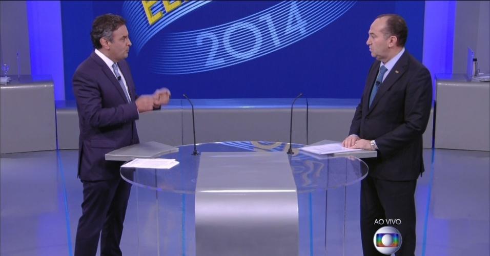 2.out.2014 - O candidato à Presidência Aécio Neves (PSDB) responde pergunta do candidato Pastor Everaldo (PSC) em debate eleitoral promovido pela TV Globo, no Rio de Janeiro