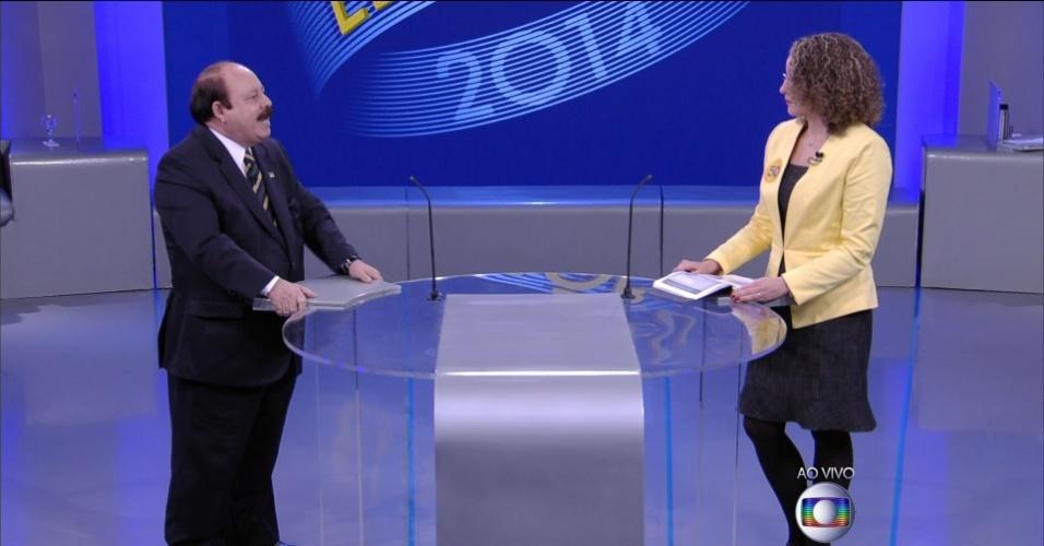 2.out.2014 - O candidato à Presidência Levy Fidelix (PRTB) faz pergunta à candidata Luciana Genro (PSOL) em debate eleitoral promovido pela TV Globo, no Rio de Janeiro