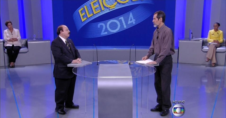 2.out.2014 - O candidato à Presidência Levy Fidelix (PRTB) responde pergunta ao candidato Eduardo Jorge (PV) em debate eleitoral promovido pela TV Globo, no Rio de Janeiro
