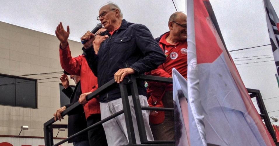 2.out.2014 - O candidato à reeleição como senador Eduardo Suplicy (PT-SP) participa de carreata em Diadema (SP) ao lado de Lula e do candidato petista a governador Alexandre Padilha