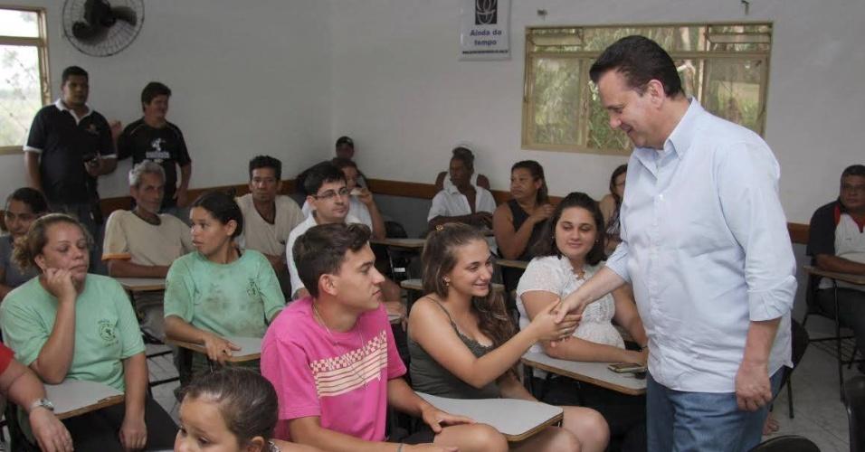 2.out.2014 - O candidato a senador Gilberto Kassab (PSD) conversa com jovens na Paróquia Imaculada Conceição, em Catanduva (SP)