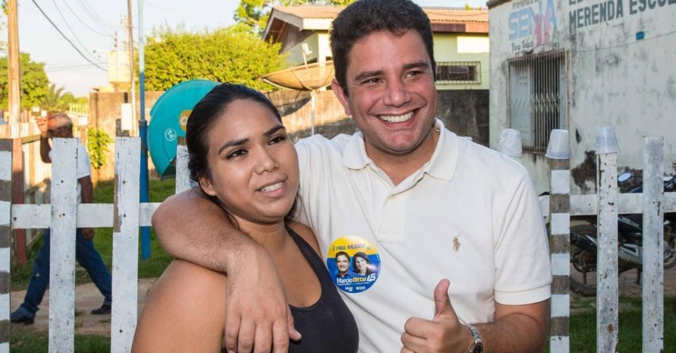 2.out.2014 - O candidato a senador Gladson Cameli (PP) posa para foto com eleitora em Rio Branco (AC)