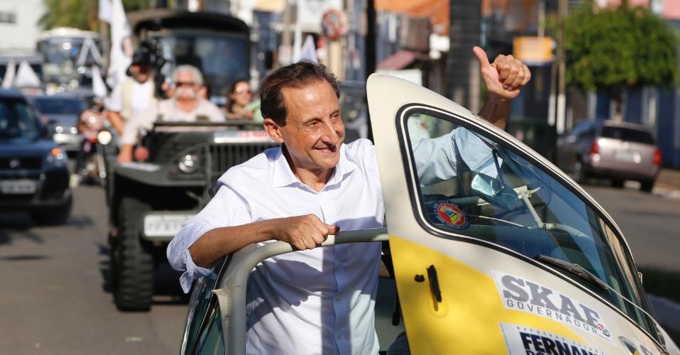 2.out.2014 - O candidato ao governo de São Paulo Paulo Skaf (PMDB) passeia de carro durante campanha na cidade de Santa Bárbara d?Oeste, no interior do Estado