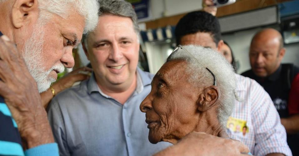 2.out.2014 - O candidato do PR ao governo do Rio de Janeiro, Anthony Garotinho (ao fundo), faz campanha em Volta Redonda (RJ)