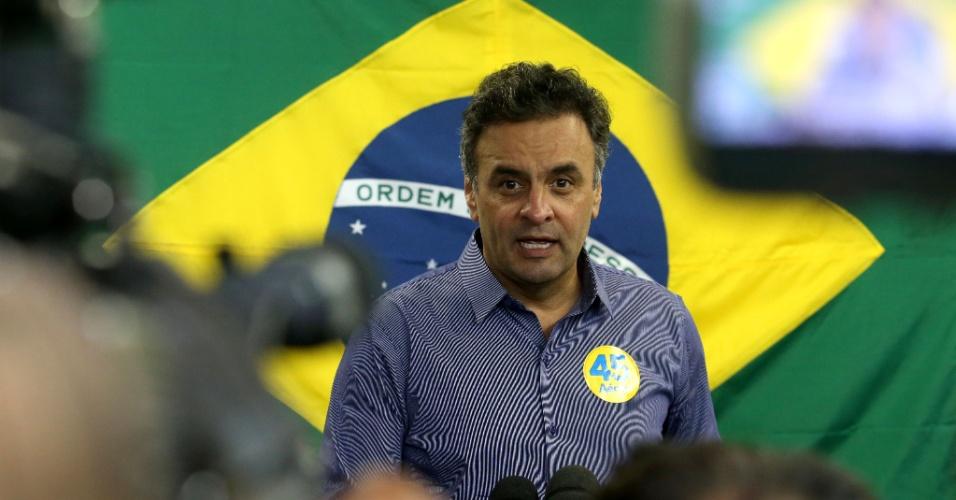 2.out.2014 - O candidato do PSDB à Presidência da República, Aécio Neves, concede entrevista em comitê do Rio de Janeiro, no Leblon, onde se prepara para o debate da Rede Globo, que acontece na noite desta quinta-feira. O candidato atacou o que chamou de