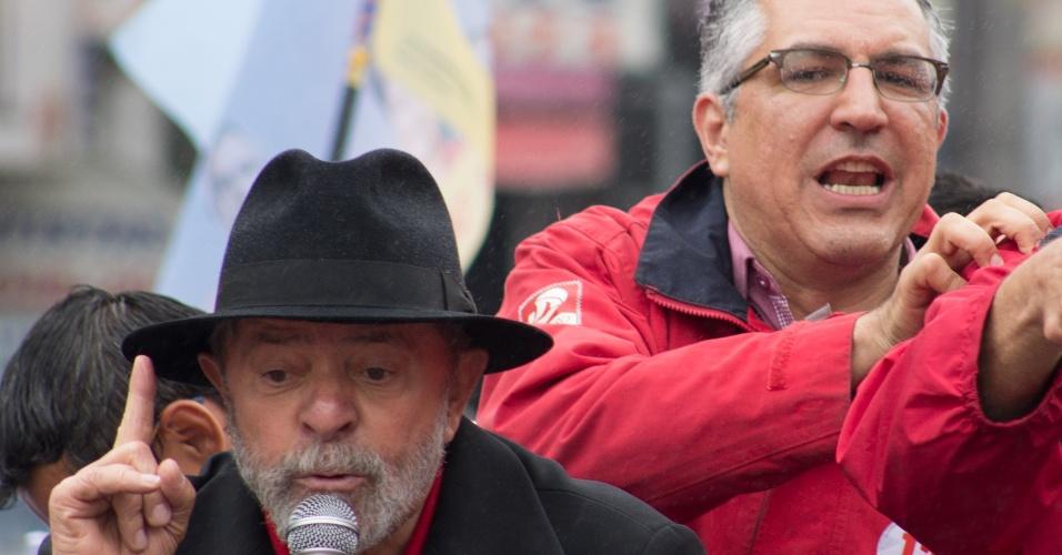 2.out.2014 - O ex-presidente Luiz Inácio Lula da Silva acompanha o candidato do PT ao governo de São Paulo, Alexandre Padilha, durante campanha na cidade de Diadema, no ABC Paulista. O candidato do PT ao Senado em São Paulo, Eduardo Suplicy, também esteve presente