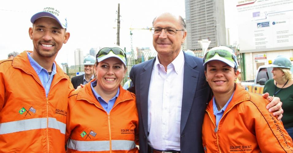 2.out.2014 - O governador e candidato à reeleição, Geraldo Alckmin (PSDB), visita as obras da linha 17-Ouro do metrô, na zona sul de São Paulo. Em pesquisa Datafolha divulgada nesta quinta-feira, Alckmin mantém vantagem sobre os adversários e ganharia no 1º turno