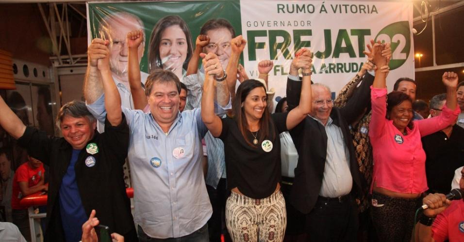 2.out.2014 - O senador Gim Argello (PTB), candidato à reeleição, se encontra com Jofran Frejat (PR) e sua vice, Flávia Arruda (PR), candidatos ao governo do Distrito Federal, em evento com correligionários na Plataforma do Chopp