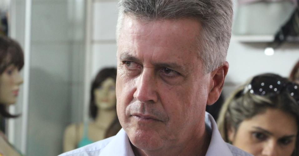 2.out.2014 - O senador Rodrigo Rollemberg (PSB), candidato ao governo do Distrito Federal, fez caminhada no comércio de Recanto da Emas (DF) nesta quarta-feira (1º)