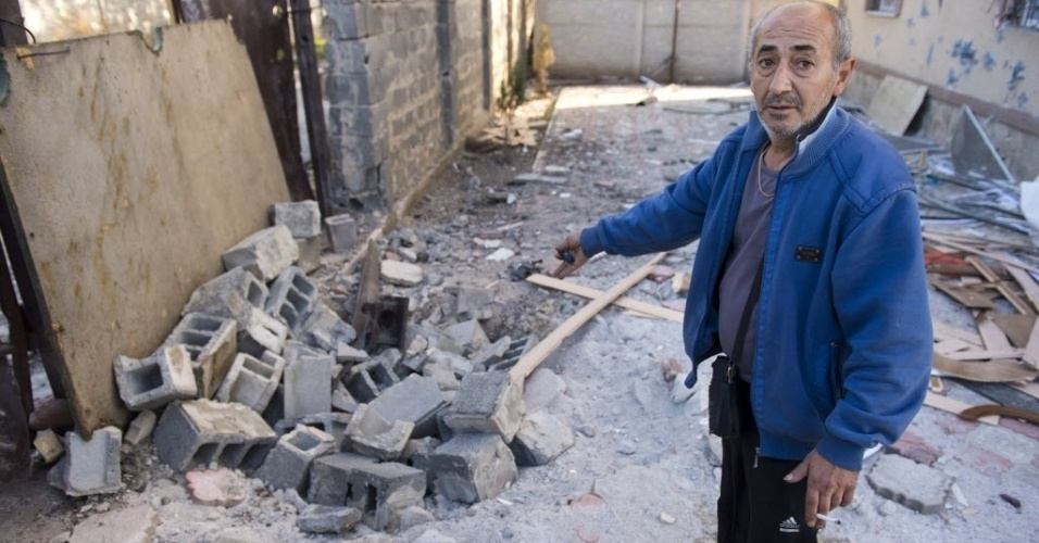 2.out.2014 - Um morador mostra onde uma bomba caiu destruindo o quintal de sua casa no distrito de Oktyabrsky, em Donetsk, na Ucrânia, ao lado do aeroporto local nesta quinta-feira (2). As autoridades da Ucrânia e os rebeldes pró-Rússia dizem ambos ter o controle sobre o aeroporto da cidade de Donetsk, no leste do país, onde os combates que começaram nesta manhã continuam, segundo reconheceram os dois grupos. O porta-voz do Conselho de Segurança Nacional e Defesa (CSND) ucraniano, Andrei Lisenko, desmentiu a informação divulgada pelos sublevados e assegurou que