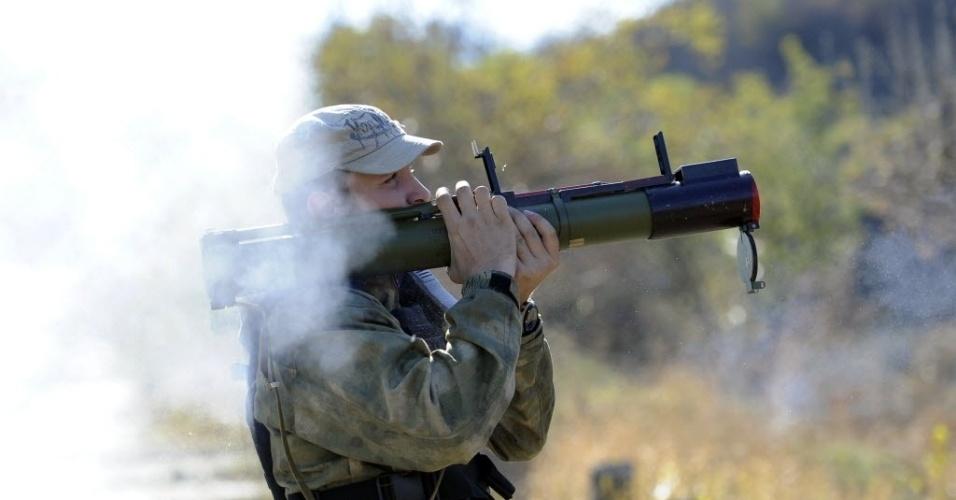 2.out.2014 - Um soldado do batalhão pró-ucrânia em dispara um lança-granada durante um exercício militar perto da cidade ucraniana de Mariupol nesta quinta-feira (2)