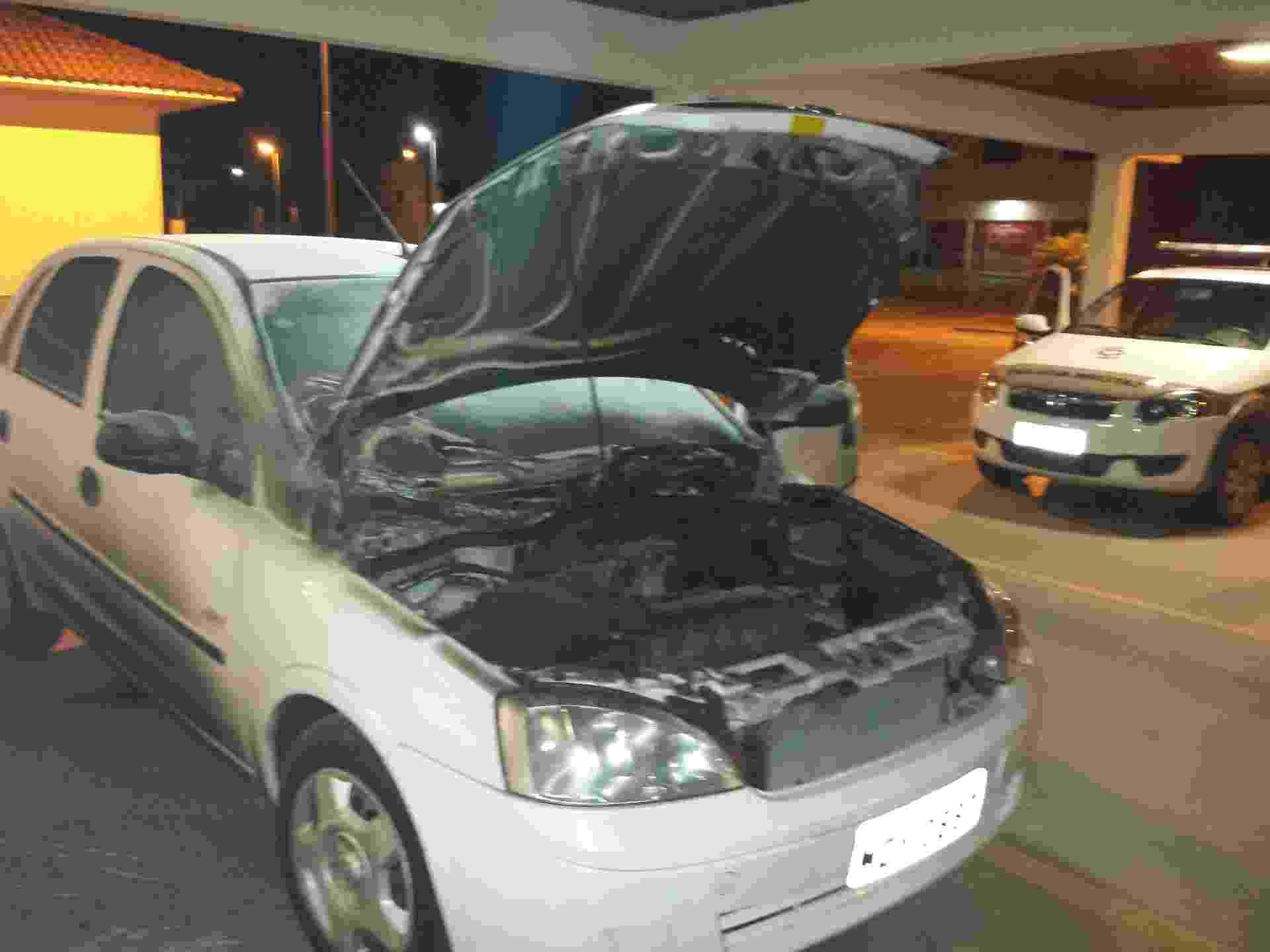 2.out.2014 - Um veículo foi incendiado  dentro do pátio do Fórum da cidade de Camboriú no litoral norte de Santa Catarina. Ao menos 17 cidades foram alvos de ataques criminosos desde que começou na sexta-feira (26) uma onda de violência no Estado - Marcos Porto/Agência RBS/Estadão Conteúdo