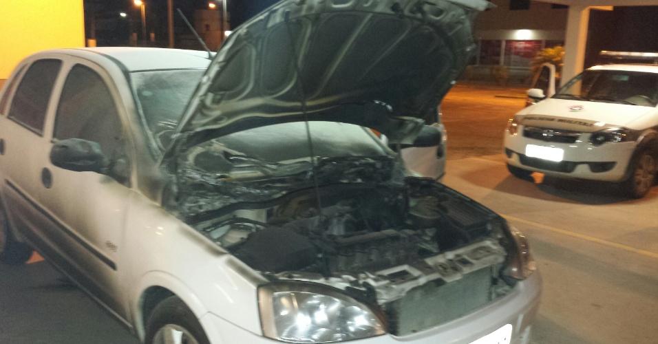 2.out.2014 - Um veículo foi incendiado  dentro do pátio do Fórum da cidade de Camboriú no litoral norte de Santa Catarina. Ao menos 17 cidades foram alvos de ataques criminosos desde que começou na sexta-feira (26) uma onda de violência no Estado