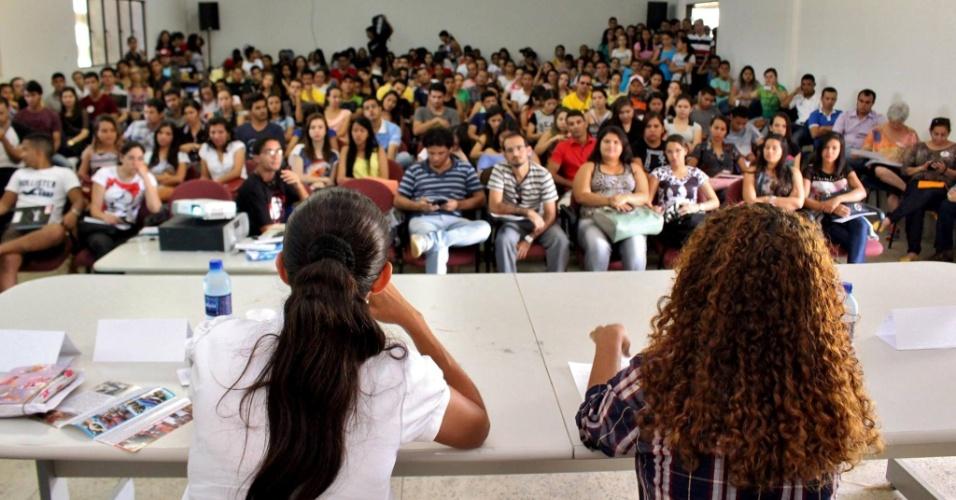 30.set.2014 - Heloísa Helena (à esq.), candidata do PSOL de Alagoas ao Senado, participa de debate na Ufal (Universidade Federal de Alagoas), no Campus Arapiraca