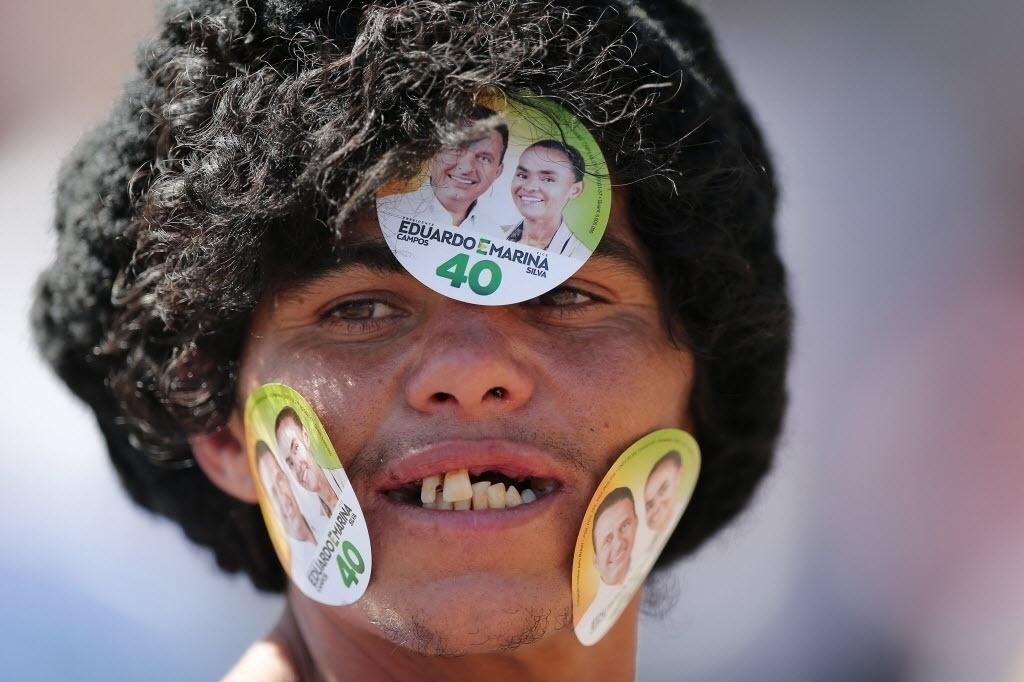 14.set.2014 - Apoiadora de Marina Silva, candidata à Presidência da República pelo PSB, participa de comício de campanha no bairro de Ceilândia, em Brasília (DF)