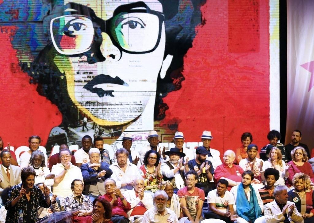 15.set.2015 - A presidente e candidata à reeleição Dilma Rousseff (PT) faz discurso durante encontro com artistas em campanha no Rio de Janeiro