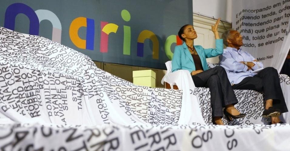 17.set.2014 - Ao lado de Gilberto Gil, Marina Silva visita a Escola de Cinema Darcy Ribeiro, no centro do Rio
