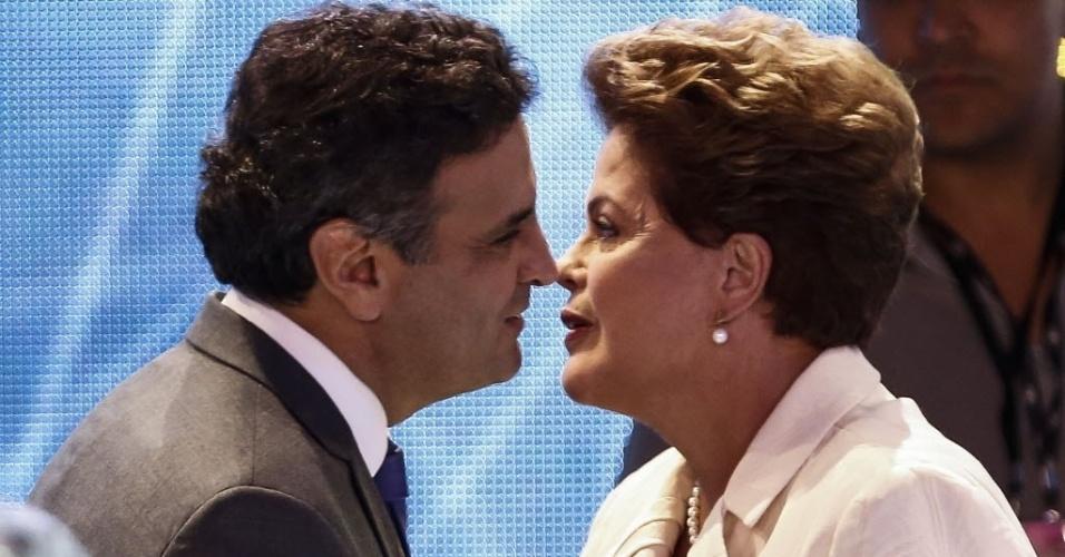 26.ago.2014 - A candidata à reeleição, Dilma Rousseff (PT), conversa com o candidato Aécio Neves (PSDB), no estúdio da TV Bandeirantes antes do primeiro debate entre presidenciáveis das eleições de 2014