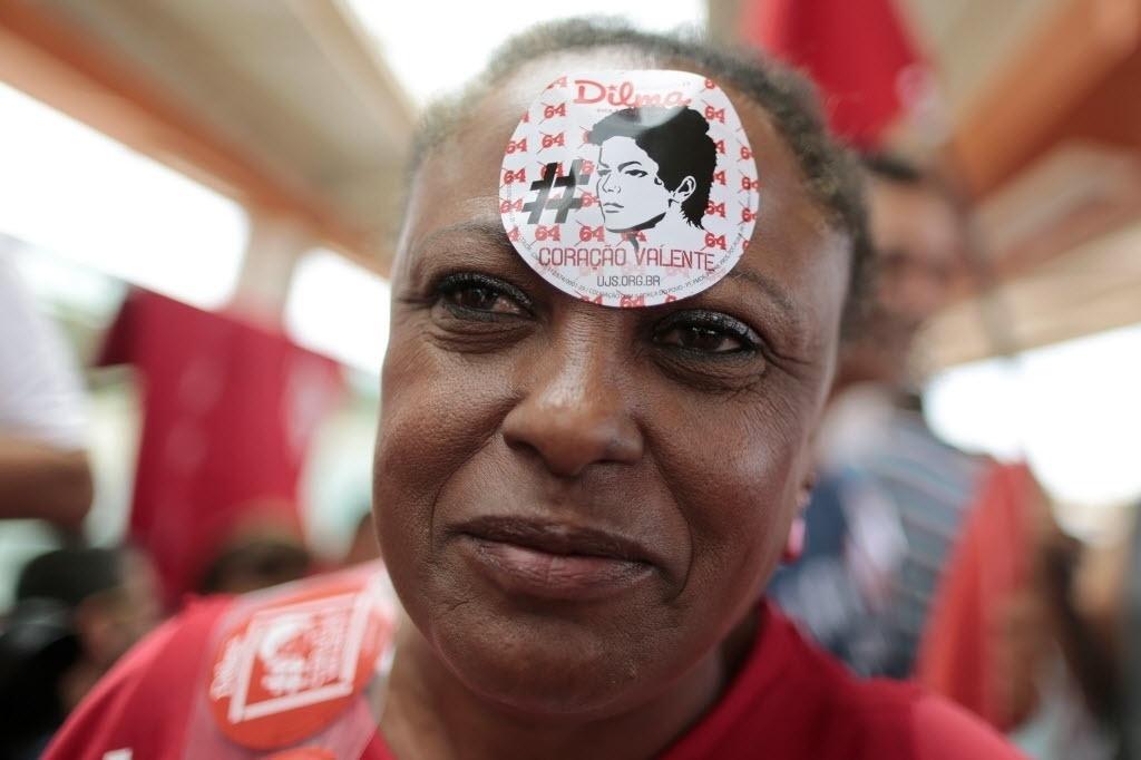 27.set.2014 - Eleitora da presidente e candidata à reeleição Dilma Rousseff (PT) participa de comício de campanha em Brasília