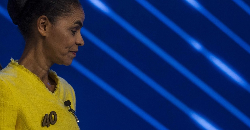 2.out.2014 - A candidata à Presidência da República Marina Silva (PSB) usa broche com o seu número de urna em debate promovido pela TV Globo, na noite desta quinta-feira
