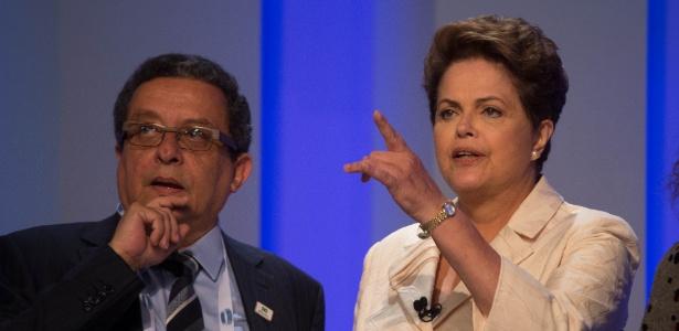 A então candidata à reeleição, presidente Dilma Rousseff (PT), conversa com o marqueteiro João Santana nos bastidores de debate