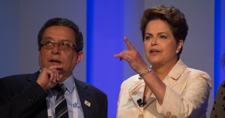 2.out.2014 - A candidata à reeleição, presidente Dilma Rousseff (PT), conversa com o marqueteiro João Santana nos bastidores do debate promovido pela TV Globo, nesta quinta-feira