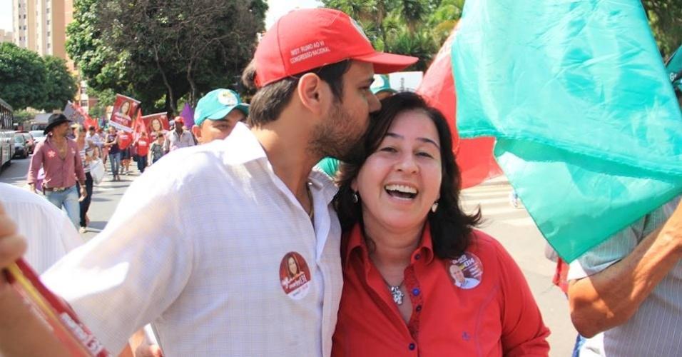 2.out.2014 - A candidata ao Senado por Goiás Marina Sant'Anna (PT) recebe carinho de eleitores durante caminhada organizada pelos movimentos sociais da cidade e do campo junto com sindicatos e associações