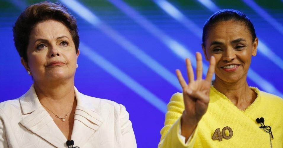 2.out.2014 - A candidata Marina Silva (PSB) faz o número quatro com as mãos, em referência ao seu número de urna, ao lado da candidata à reeleição, presidente Dilma Rousseff (PT), nos bastidores do debate promovido pela TV Globo, na noite desta quinta-feira
