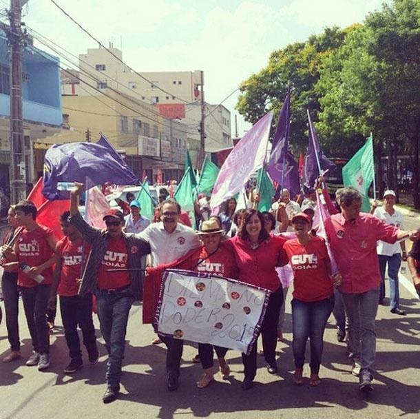 2.out.2014 - A candidata ao Senado por Goiás Marina Sant'Anna (PT) participa de caminhada organizada pelos movimentos sociais da cidade e do campo junto com sindicatos e associações
