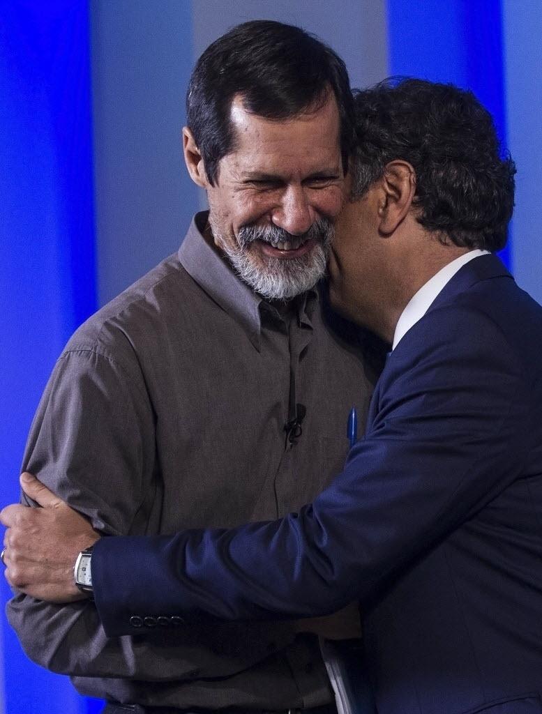 2.out.2014 - O candidato à Presidência Aécio Neves (PSDB) cumprimenta o adversário Eduardo Jorge (PV) nos bastidores do debate promovido pela TV Globo, nesta quinta-feira
