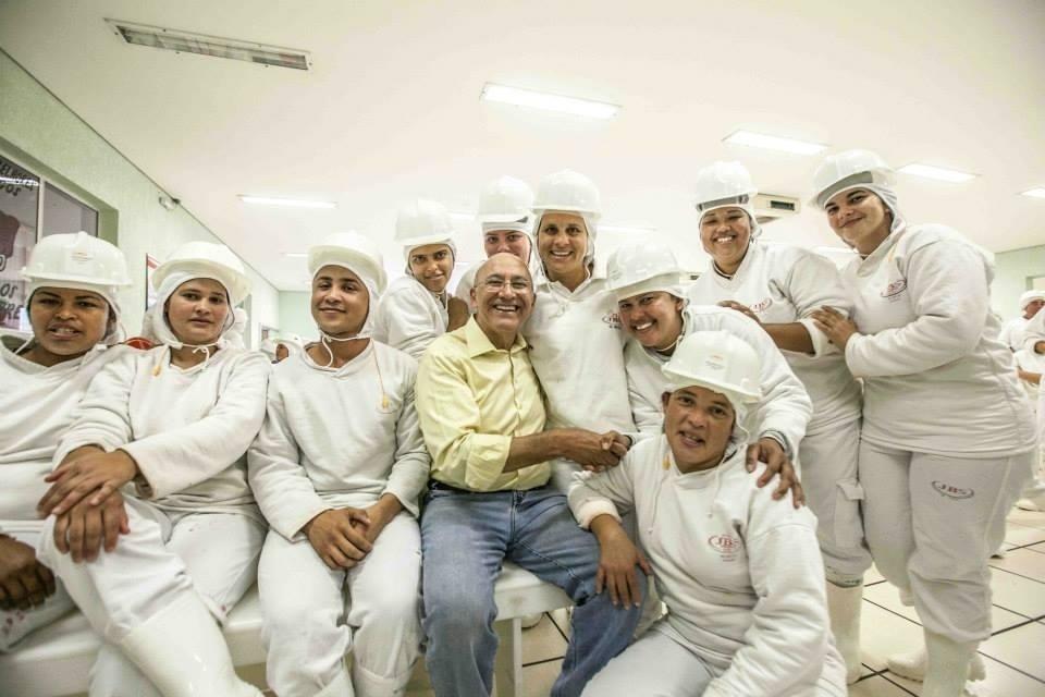 2.out.2014 - O candidato à reeleição ao governo de Rondônia, Confúcio Moura (PMDB) visita frigorífico em ato de campanha nesta quinta-feira em Vilhena, no interior do Estado